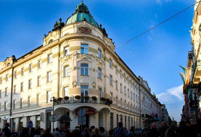 Il Grand Hotel Union dista 180 metri dal centro storico di Lubiana, soltanto 100 metri dalla passeggiata lungo il fiume Ljubljanica, 1 km dal Castello, 500 metri dalla Cattedrale