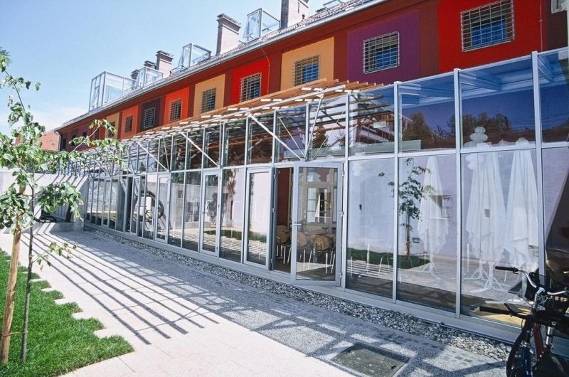 Rinnovato di recente nel giugno 2018 e interamente coperto dalla connessione WiFi gratuita, l'Hostel Celica Art è un esclusivo ostello di design situato nella zona culturale autonoma di Metelkova, nel centro di Lubiana, a 500 metri dalla stazione degli autobus e dei treni della città.