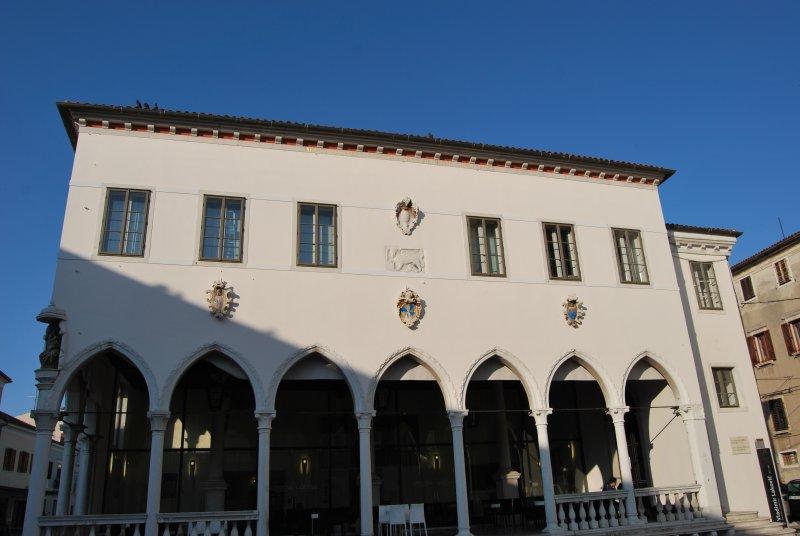 Capodistria. Di fronte al Palazzo Pretorio, la quattrocentesca Loggia, con i suoi suggestivi archi in stile gotico