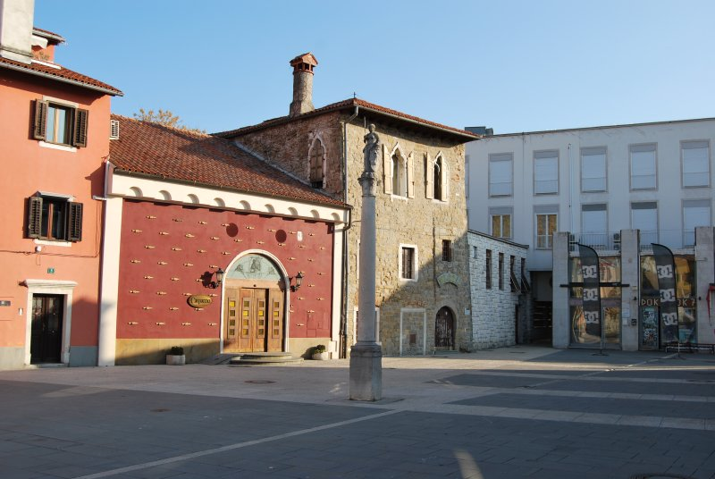 Capodistria. Piazza Carpaccio, una tranquilla piazzetta che prende il nome dal pittore veneziano.