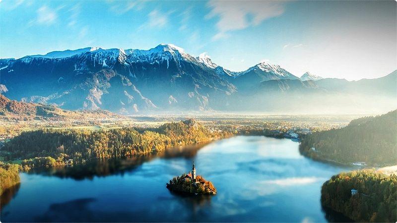 Il lago Bled è posto in una vallata alpina con un ambiente suggestivo, circondato da montagne e foreste. Sopra il lago, sulla sponda del nord, sorge un castello medievale.