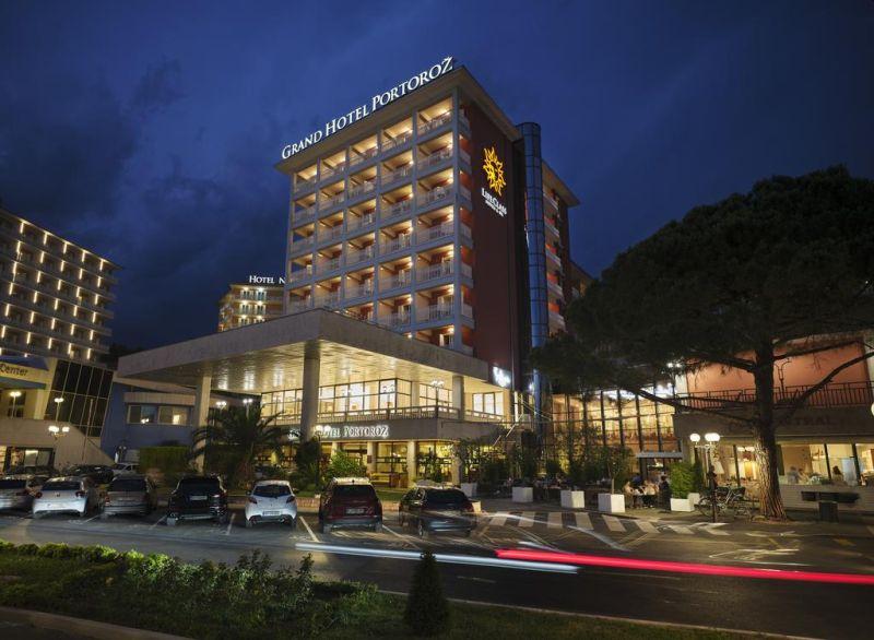 Situato nel cuore della località balneare di Portorož, l'esclusivo hotel 4 stelle superior Grand Hotel sfoggia uno stile mediterraneo e offre sistemazioni confortevoli e ben arredate