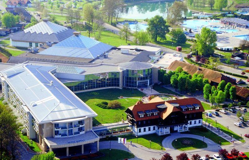 Ospitato all'interno del complesso Čatež Thermal Spa e collegato al Winter and Summer Thermal Riviera tramite un percorso coperto, l'Hotel Toplice offre un ristorante, un bar e un centro sportivo.