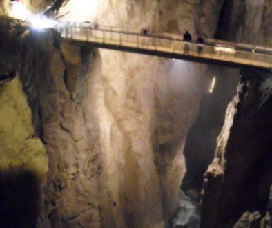 Le grotte di San Canziano (Škocjanske Jame), lunghe quasi sei chilometri e profonde 250 metri, sono state scavate dal fiume Reka, che nasce alle pendici del Monte Nevoso, una montagna di 1796 m d'altezza.