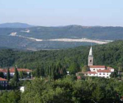Sv Anton è un paese sparso, molto vicino a Capodistria, ubicato sulla strada che porta verso l'Istria centrale