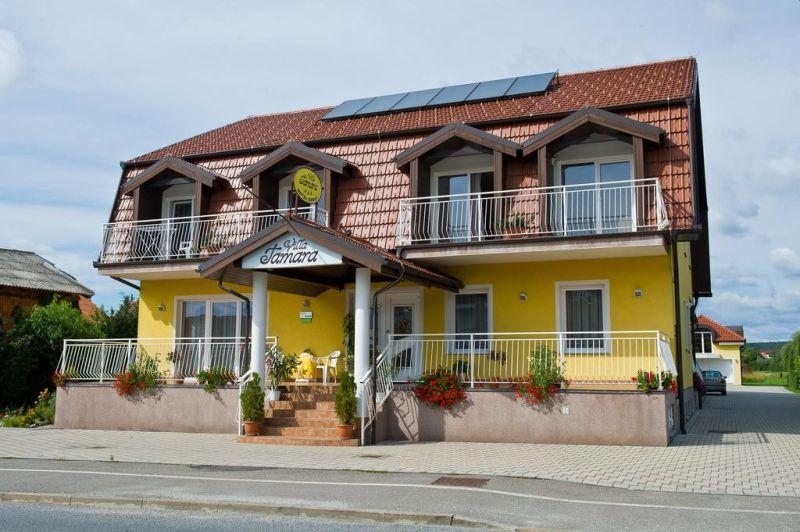 Nel cuore di Moravske Toplicea, a pochi minuti dalla Thermal Spa 3000, la Villa Tamara vi consente di scegliere tra camere matrimoniali ben arredate, con aria condizionata e balcone.