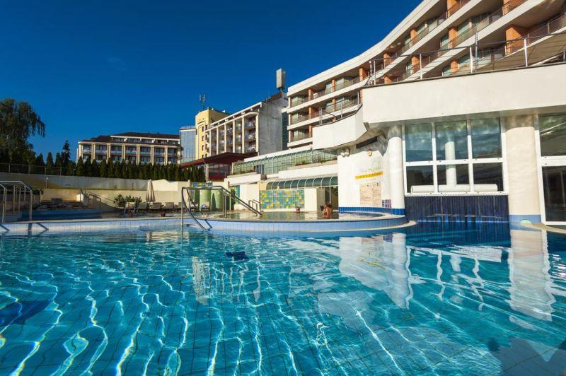 Situato a Moravske Toplice, l'Hotel Livada Prestige - Sava Hotels & Resorts offre alloggi climatizzati con connessione internet via cavo, e l'accesso illimitato all'ampio stabilimento termale Terme 3000, dotato di 1 sala fitness e di 2 piscine coperte e 4 all'aperto.