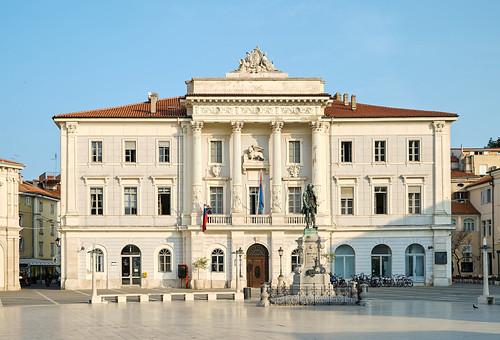 Pirano. Il municipio, risalente alla fine del XIX secolo e caratterizzato da quattro graziosi pilastri, le cui parti inferiori sono splendidamente decorate; nell'asse centrale è l'onnipresente rilievo di leone con un libro aperto.