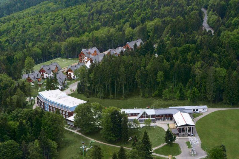 Il Bellevue - Wellness & Ski Hotel dista 23 km da Maribor. Nei dintorni potrete approfittare di escursioni in mountain bike e praticare attività come l'equitazione e il nordic walking.