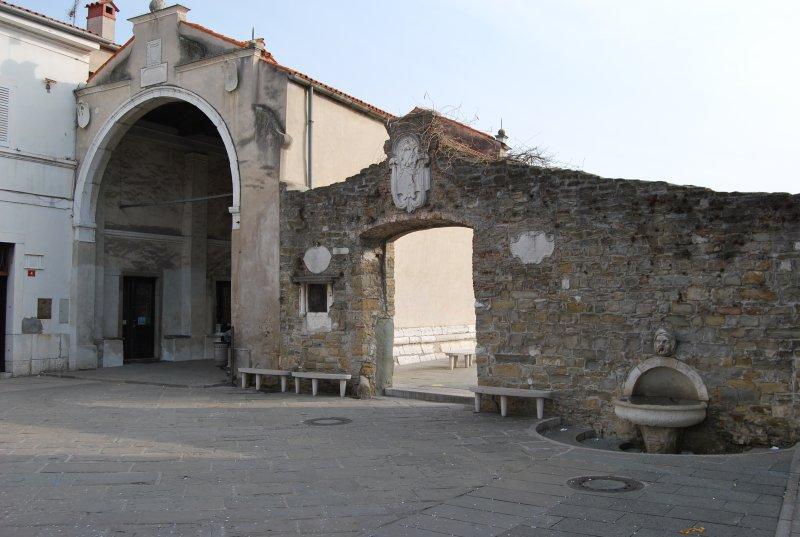 Capodistria. A sud della fontana si trova la Porta di Muda in stile arco trionfale