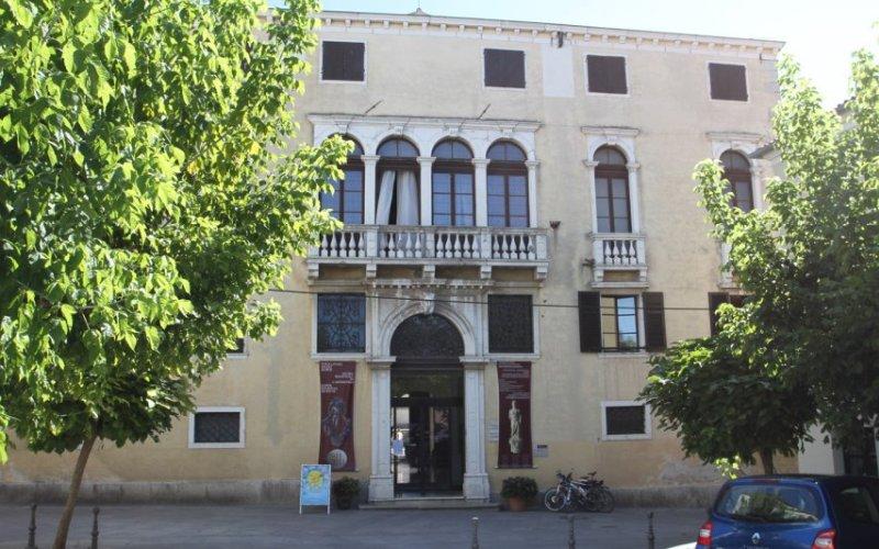 Capodistria. All'interno del bel palazzo manierista-barocco del Belgramoni-Tacco del XVI secolo si trova il Museo Regionale