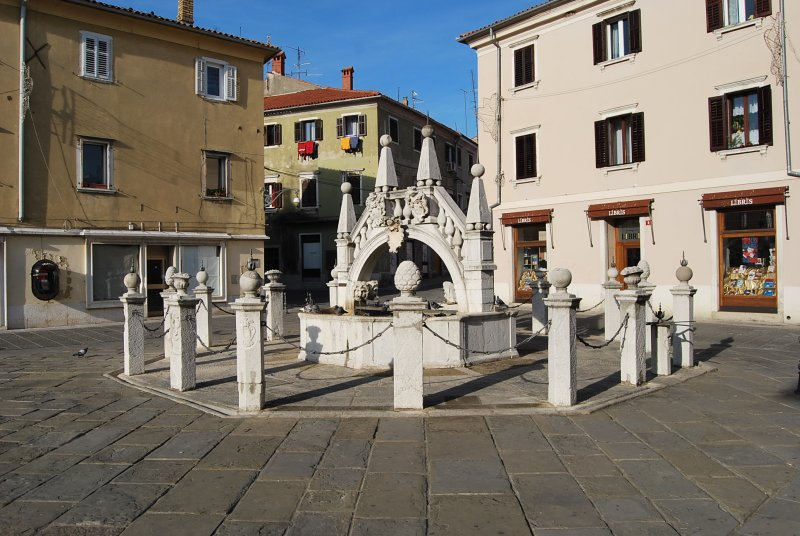 Capodistria. La fontana Da Ponte, costruita nel 1666. La fontana è arredata con un piccolo ponte