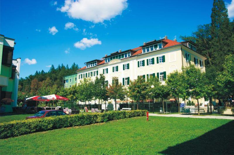 Situato nel centro di Rogaška Slatina, l'Hotel Slatina offre un bar e ristorante in loco, una piccola area benessere con piscina coperta e sauna