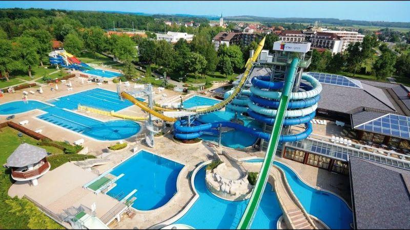 Terme 3000. Lasciate da parte le preoccupazioni ed immergetevi nelle sorgenti di acqua termominerale nera nelle piscine degli hotel o nell'enorme parco termale.