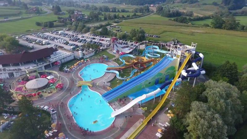 Il parco termale Aqualuna è uno dei più grandi parchi di questo genere in questa parte dell'Europa e vanta oltre 3000 m 2 di divertimento acquatico per tutte le età.