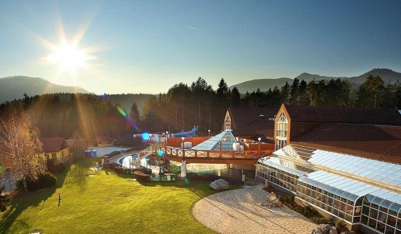 Le Terme Zreče si scorgono davanti al monte Pohorje, sul quale è situato il centro sportivo e climatico di Rogla.