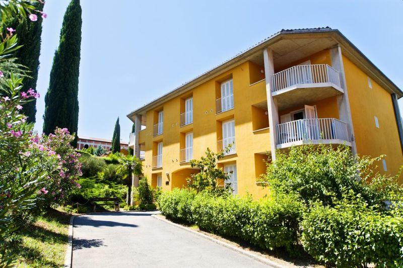 Situato vicino alla spiaggia di Izola, e composto da 4 case immerse in un parco mediterraneo, il San Simon Resort - Dependences fa parte del San Simon Resort e offre la possibilità di utilizzare tutti i servizi di quest'ultimo,