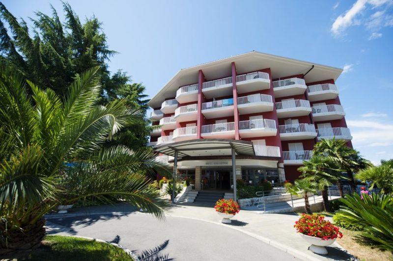 Situato a Izola, a 1,5 km dal porto, l'Hotel Haliaetum - San Simon Resort offre sistemazioni fronte spiaggia, un giardino, un bar e una terrazza.