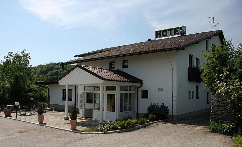 Hotel Jasmin a conduzione familiare offre camere spaziose e un ristorante che serve piatti fatti in casa. Il parco termale estivo Aqualuna - Terme Olimia si trova a soli 150 metri.
