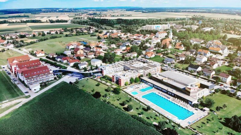 Situato nel villaggio di Moravske Toplice, nella parte nord-orientale della Slovenia, l'Hotel Vivat offre servizi termali, benessere, medici, business e sportivi.