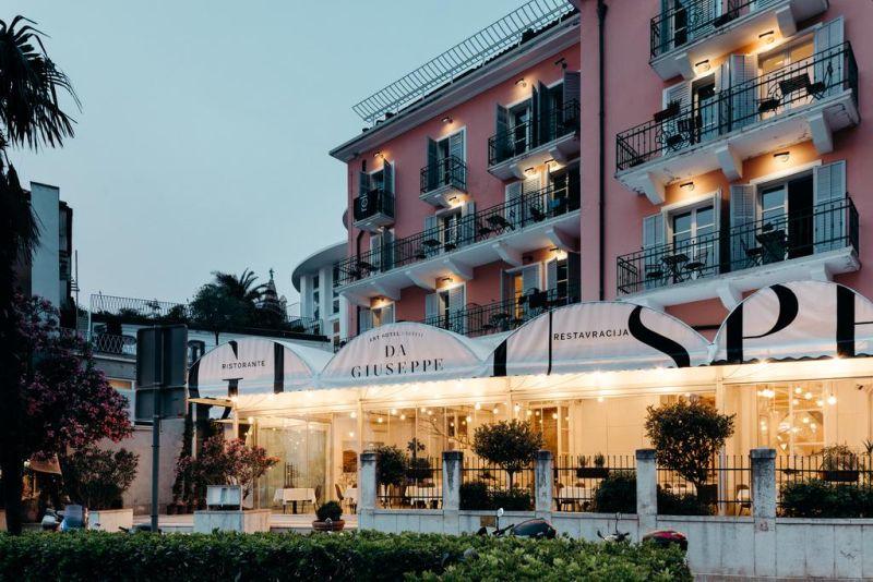Situato nel cuore di Pirano, l'Art Hotel Tartini è stato completamente ristrutturato nel 2018 con finiture realizzate da uno degli artisti sloveni più famosi e offre una terrazza e camere eleganti