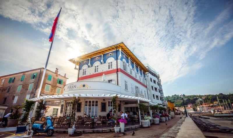 Situato in una posizione fronte mare nel centro storico di Pirano, a 100 metri da Piazza Tartini, l'Hotel Piran offre un ristorante, un centro spa e benessere e la connessione WiFi gratuita in tutte le aree.
