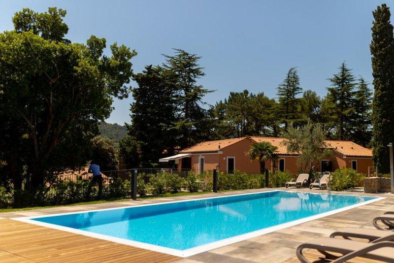 Piccolo hotel mediterraneo composto da 3 ville situate a pochi passi dal mare e circondato dal Parco Naturale di Strugnano, l'Hotel Laguna vanta un ristorante e la connessione Wi-Fi gratuita nelle aree comuni.