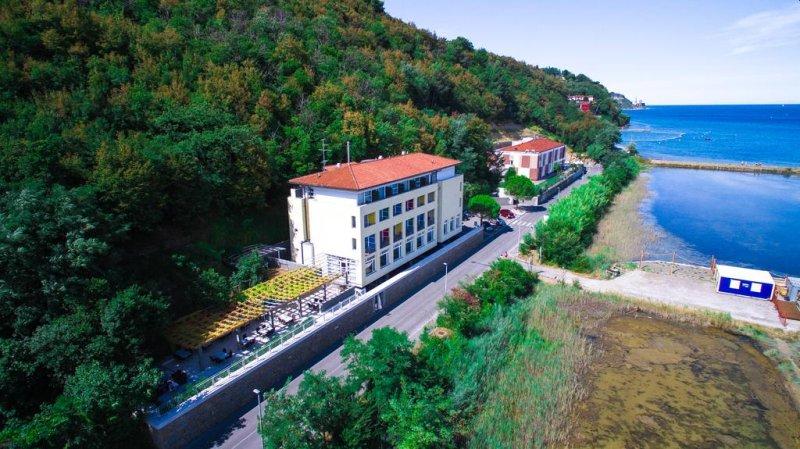 Dotato di servizi gratuiti come il WiFi e il parcheggio, l'Hotel Oleander - Oleander Resort vi accoglie nel cuore di un tranquillo ambiente naturale del Parco di Strunjan, a pochi passi da 2 spiagge ben tenute.