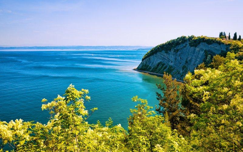 A pochi chilometri lungo la costa da Isola, c'è Strunjan - Strugnano, un piccolo insediamento ampiamente disperso, parte del quale è stato trasformato in una riserva naturale.